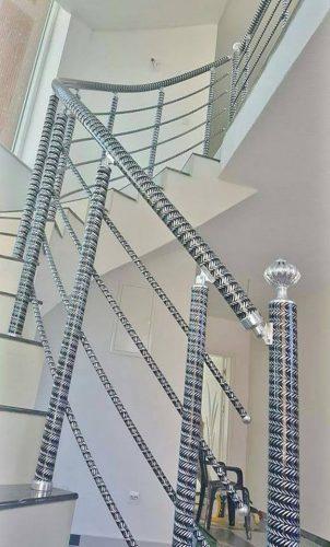 מעקה אלומניום בפירזול ספירלה דקורטיבי מרשים, עם גימור ידיות ספירליות, לגרם המדרגות בבית או בחוץ.