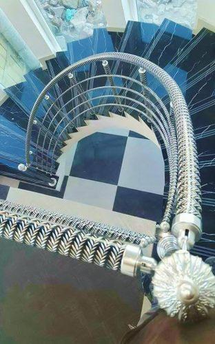 מעקה סורג, מחיצה עם פרזול ספירלי ומעקה מדרגות מעוצב עם אלמנטים מאלומיניום דקורטיביים, עם גימור כדורים מעוצבים בחריטות דקורטיביות.